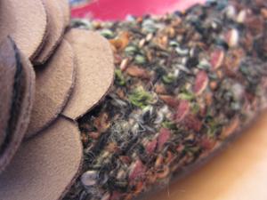 アニタアレンバーグのツイード・フラワーパンプス オリーブグリーン×マルチ