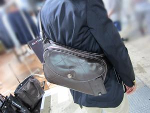 amadana(アマダナ)の充電できるバッグKENJI AMADANA BAGTTERYのボディバッグ(Sling Bag)をもってみた所(後姿)