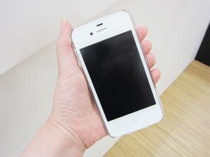 白iPhone4に合わせたいスワロフスキー付ケースBling My Thing